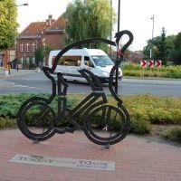 Tczew - figura kolarza przed Urzędem Miasta - upamiętniająca Tour de Pologne (kto kogo wyprzedzi ? :) ), Тчев