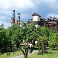 Wieże Bazyliki, Dom Pielgrzyma, Заверцие