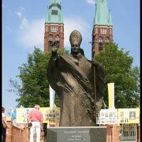 RYBNIK. Pomnik Jana Pawła II przed Bazyliką św. Antoniego Padewskiego/Statue of John Paul II in front of the St. Antoni Padewskis Basilica, Рыбник