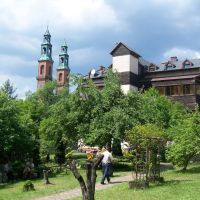Wieże Bazyliki, Dom Pielgrzyma, Тыхи