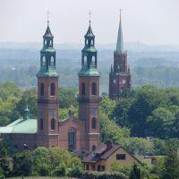 Bazylika Najświętszej Marii Panny i św. Bartłomiejarze, Wzgórze Kalwaryjskie  wieżą kościoła p.w.  Zmartwychwstania Pańskiego, Чешин