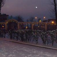 Skrżysko-Kam. Widok fontanny w zimowy wieczór w os. Milica., Скаржиско-Каменна