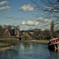 Piła, widok na rzekę Gwdę i częściowo zatopioną restaurację Mississippi na barce, Пила