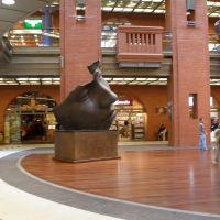 Wnętrze Centrum Handlowego Stary Browar. Blask Księżyca, rzeźba Igora Mitoraja, Познань
