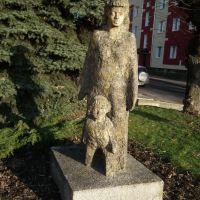Rzeźba matki z synem przy budynku USC w Kraśniku, Красник