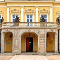 Pałac Książąt Czartoryskich - fragment fasady głównej z tablicami pamiątkowymi, Пулавы