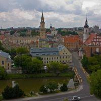 Opole, widok z Wieży Piastowskiej u dołu most zamkowy na Młynówce, Dawna Synagoga, Archiwum Państwowe, Ratusz i Kościół Św. Trójcy, Ополе