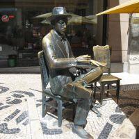Statue of poet Fernando Pessoa in front of Cafe Brasileira, Lisbon, Portugal, Лиссабон