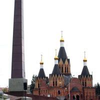 Мемориал Памяти. На заднем плане - Храм Рождества Пресвятой Богородицы, Урай