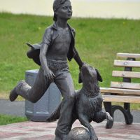 "Sculpture ""Boy playing with a dog"" by Andrey Kovalchuk, Лангепас"