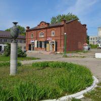 Магазин купца Колесова (пер.Горный 5) и ваза из яшмы с Колыванского камнерезного завода (июнь 2013г), Змеиногорск