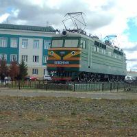 Памятник-электровоз напротив ТЧ-7, Новоалтайск