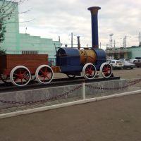Макет паровоза перед центральным входом в ТЧ-34, Новоалтайск