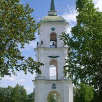 Колокольня собора стоит посредине площади. Крест ее был ориентирован не по сторонам света, а так, чтобы его было лучше всего видно с дороги. Легенда гласит, что ее построили так потому, что в Каргополь хотела приехать Екатерина II, и колокольня должна был, Каргополь