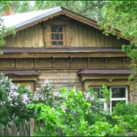 Окнами в сад. Old small house with windows in a garden., Карабаново