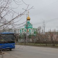 green church and blue bus, Алущевск