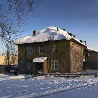 заброшенный дом барачного типа на въезде в вахтан, Вахтан