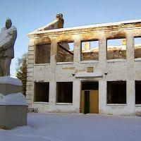 памятник горькому на фоне погорелого здания школы, Вахтан