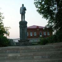 """памятник """"В.И.Ленин"""" на заднем плане Художественная школа, Сосновское"""