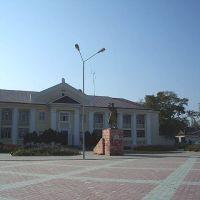Хасавюрт. Памятник З. Батырмурзаеву и здание городской прокуратуры, Хасавюрт