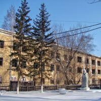 Памятник Ленину во дворе разрушенной фабрики., Нижнеудинск