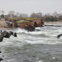 Штормовые волны штурмуют старый форт на Балтийской косе., Балтийск