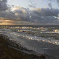 Ноябрьский шторм в Зеленоградске в лучах заходящего солнца., Зеленоградск