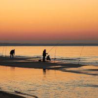 Вечерний лов. Рыбаки на пляже в Зеленоградске после заката., Зеленоградск