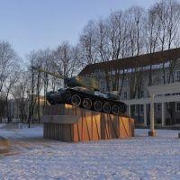 Т-34 на постаменте. Братская могила советсих воинов в Советске., Советск