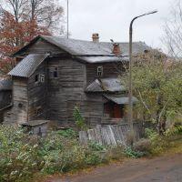 Кимры. Старый деревянный дом у моста через Волгу, Кимры