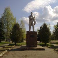 Памятник Порфирию Петровичу Конакову перед вокзалом, Конаково