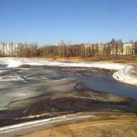 Залив в начале апреля. По берегам лежит лед, оставшийся после спада уровня воды, Конаково