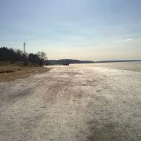 Берег Волги - слой льда остался после спада осеннего уровня воды, Конаково