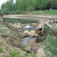Плотина Белоусовского пруда после паводка 2013г., Белоусово