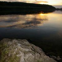 Калужская область, поселок Дугна. Закат над рекой Ока. Валун на переднем плане., Дугна