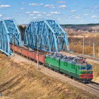 Electric locomotive VL80T-777 with freight train/ Электровоз ВЛ80Т-777 с грузовым поездом на мосту через р. Жиздра, 19/04/2011, Думиничи