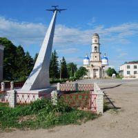 Мещовск. Памятник авиаторам на городской площади, Мещовск