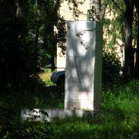 """""""Слава павшим героям"""" - памятник на месте бывшего захоронения советских солдат, умерших от ран в госпитале, располагавшемся в ДК, Сегежа"""