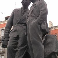 Новокузнецк. Закадычные друзья (памятник Горькому и Ленину на пр. Металлургов, перед бывшей гостиницей Металлург), Новокузнецк