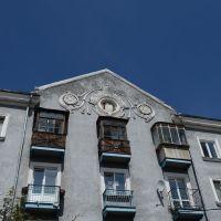 Прокопьевск. Декоративные детали здания на ул. Селиванова, Прокопьевск