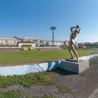 Статуя на стадионе «Шахтёр», вид слева, июнь 2013, Прокопьевск