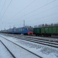 Электропоезд переменного тока ЭР9Т-726 отправляется со станции Оричи, Оричи