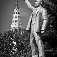 Монумент В. И. Ленину (на заднем плане купол Собора Преображения Господня) г. Судиславль, Судиславль