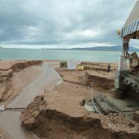 Размытый пляж после наводнения 7 июля, Геленджик