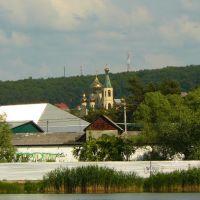 Вид на Свято-Троицкий храм от озера, Горячий Ключ