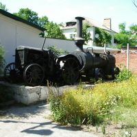 Трактор у музея, Приморско-Ахтарск