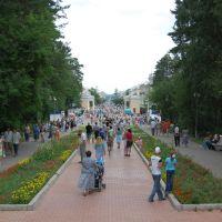 Вид на центральную аллею парка в день города, Железногорск