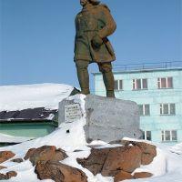 северный морской путь, пос. Диксон, месяц май :). Памятник Бегичеву, Диксон
