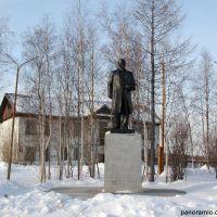 Владимир Ильич радуется весеннему полярному солнцу в городе Игарка, Игарка