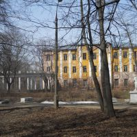 В парке Пехра-Яковлевской усадьбы с видом на скульптуры «сфинксов», одну из галерей и Главный корпус (1763-1785) комплекса..., Балашиха